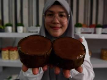 Nur Farrah Diba menunjukkan kuih bakul yang dihasilkan untuk sambutan Tahun Baru Cina di sini. - Foto Bernama
