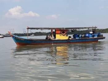 Bot yang ditahan Maritim Selangor selepas mendapati lesen telah tamat tempoh.