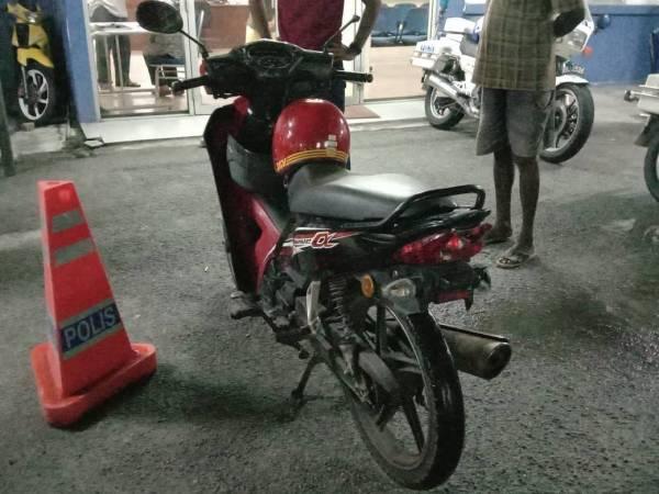 Motosikal yang rosak akibat dilanggar.
