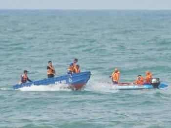 Anggota Polis dan Angkatan Pertahanan Awam Malaysia (APM) melakukan operasi mencari dan menyelamat empat pelajar Politeknik Sultan Mizan Zainal Abidin (PSMZA) yang dikhuatiri lemas di Pantai Teluk Bidara kelmarin. - Foto: Bernama