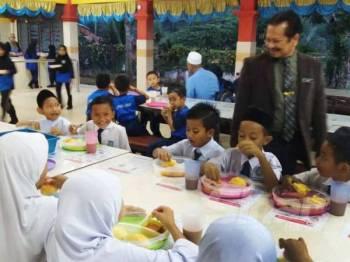 Azuri menyantuni murid SK Lepan Jaya yang layak menerima bantuan PSP yang disediakan mulai hari ini.