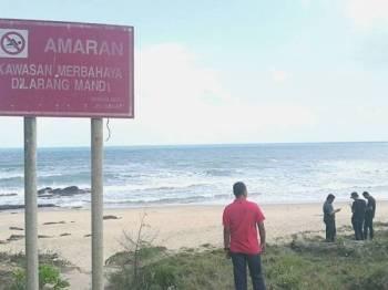 Papan tanda larangan mandi di Pantai Teluk Bidara, Dungun.