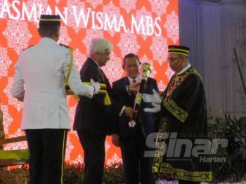 Tuanku Muhriz menyerahkan cokmar kepada Datuk Zazali yang dilantik sebagai Datuk Bandar, Bandaraya Seremban dalam upacara khas yang diadakan di pekarangan Wisma MBS malam ini.