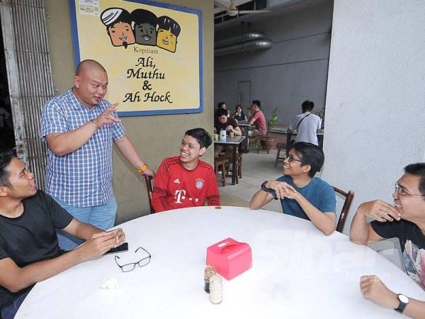 Ernest Ong (dua dari kiri) beramah mesra dengan pelanggan di restoran miliknya. Foto: ROSLI TALIB