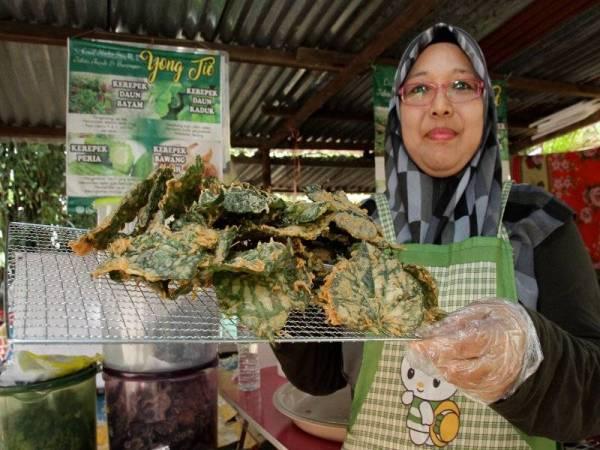 Noorhayati menunjukkan kerepek makanan ringan berasaskan herba iaitu daun kaduk yang sudah digoreng ketika ditemui Bernama baru-baru ini. - Foto Bernama
