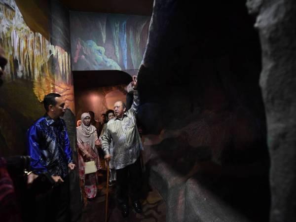Raja Perlis, Tuanku Syed Sirajuddin Tuanku Syed Putra Jamalullail dan Raja Perempuan Perlis Tuanku Fauziah Tengku Abdul Rashid berkenan mendengar taklimat yang disampaikan Pengarah Perhutanan Negeri Ag. Shaffie Ag. Ahmadni (kiri) ketika melawat galeri selepas menyempurnakan majlis perasmian Bangunan Galeri Gua Kelam, Jabatan Perhutanan Negeri Perlis di Gua Kelam hari ini. - Foto Bernama