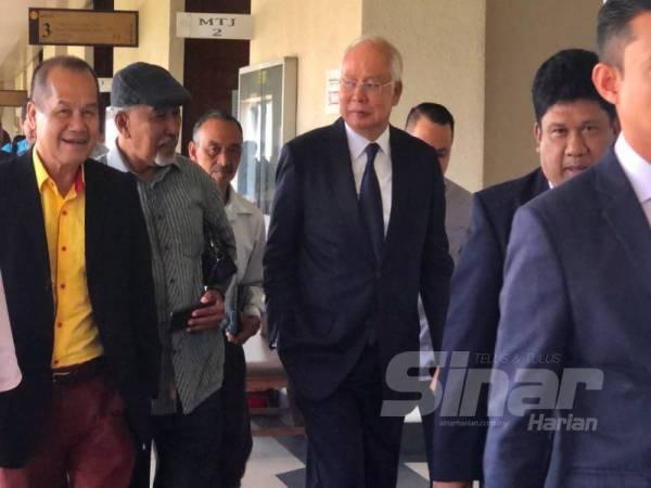 Najib (tiga dari kiri) beredar dari Mahkamah Tinggi Kuala Lumpur selepas perbicaraan kes SRC International Sdn Bhd.