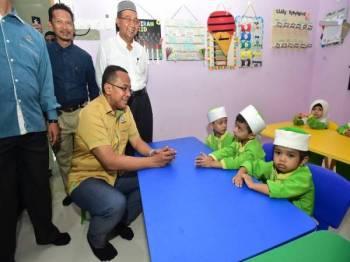 Dr Ahmad Samsuri (duduk dari kiri) bermesra dengan murid PASTI Bestari As-Siddiq selepas merasmikan Pasti itu hari ini.