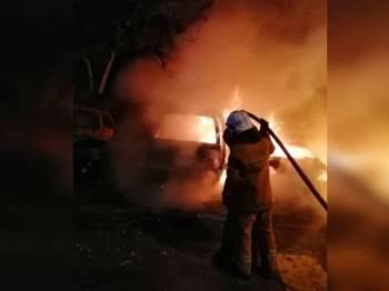 Anggota bomba bertungkus lumus memadam kebakaran membabitkan enam kenderaan beserta tiga buah basikal elektrik musnah dalam satu kebakaran di Taman Pelangi Indah, di sini awal pagi hari ini.