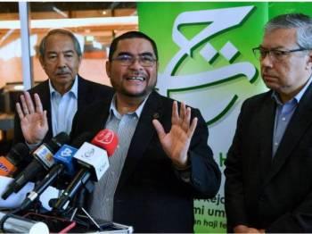 Mujahid (tengah) pada sidang media di KLIA, Sepang sejurus tiba dari Arab Saudi hari ini.
