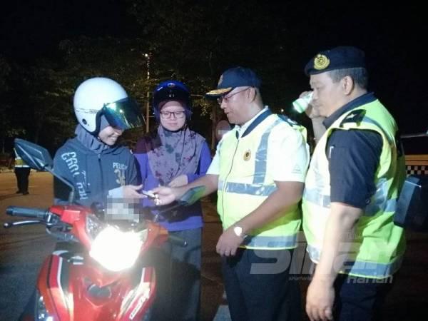 Severinus melakukan pemeriksaan ke atas motosikal sempena Ops Khas Motosikal yang dijalankan di Meru Raya malam tadi.