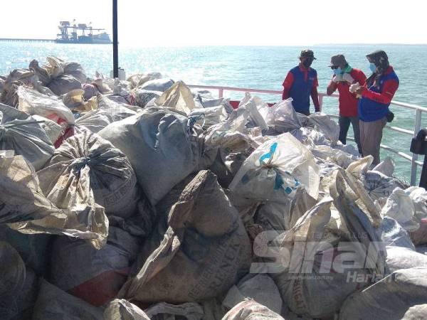 Sebanyak 30 tan abu al-Quran dilupuskan di perairan berdekatan Pulau Angsa semalam.