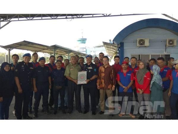 Kakitangan Kumpulan Media Karangkraf dan warga PPM Pelabuhan Klang yang terlibat dalam operasi pelupusan abu al-Quran semalam.