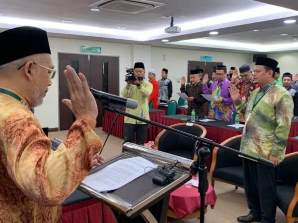 Ir Azuhan mengetuai bacaan lafaz IBR di Wisma Air Kelantan di sini.