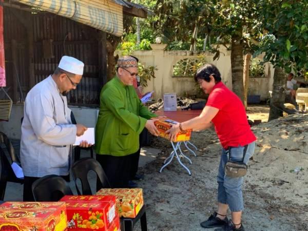 Mohd Amar menyantuni masyarakat Cina di Pulau Lohong, di sini hari ini.