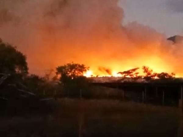 Foto yang dikirim penduduk menunjukkan keadaan api masih merebak sejak semalam berikutan cuaca berangin.