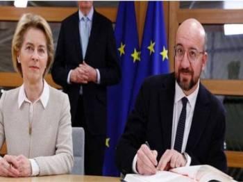 Ursula von der Leyen (kiri) dan Charles Michel menandatangani perjanjian Brexit hari ini. - Foto: Agensi