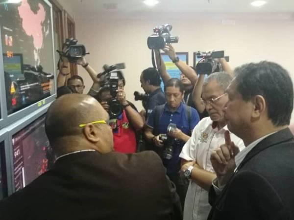 Menteri Kesihatan, Datuk Seri Dr Dzulkefly Ahmad (dua dari kanan) mendengar taklimat daripada pegawai CPRC berhubung perkembangan wabak koronavirus