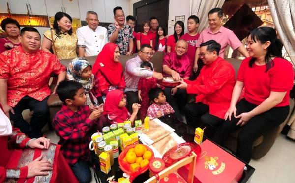 Amirudin (tengah) menjamu hidangan yang disediakan ketika berkunjung ke rumah Ahli Dewan Undangan Negeri (ADUN) Pandamaran, Leong Tuck Chee (dua dari kanan) sempena menyambut perayaan Tahun Baru Cina 2020 di Bandar Bukit Tinggi Klang hari ini. - Foto: BERNAMA