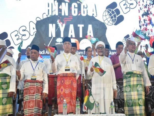Abdul Hadi (dua dari kanan) bersama-sama Ahmad Zahid (tengah) ketika hadir Konvensyen Muafakat Nasional Negeri Perak di Kompleks UMNO Bahagian Bagan Datuk, Sungai Sumun.