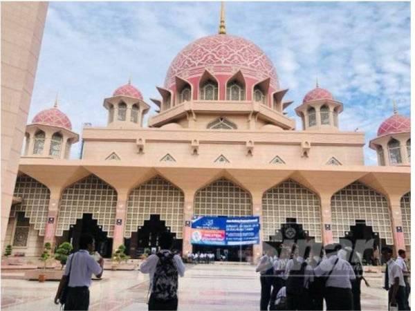 Masjid Putra ditutup bagi pengunjung bukan beragama Islam susulan kebimbangan terhadap wabak koronavirus.