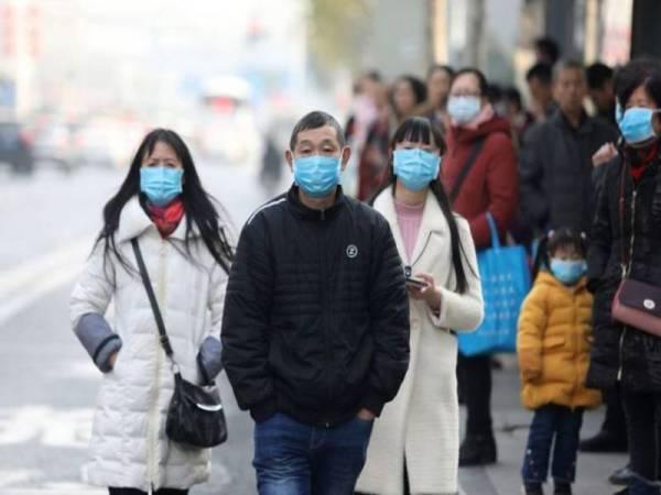 Orang ramai disyorkan menggunakan topeng mulut sebagai langkah pencegahan.