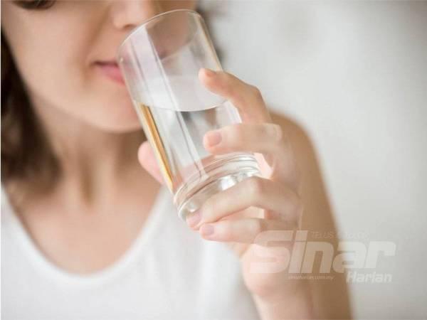 TOKSIN di dalam badan boleh dikeluarkan secara semula jadi dengan minum air yang mencukupi dan pengambilan serat.