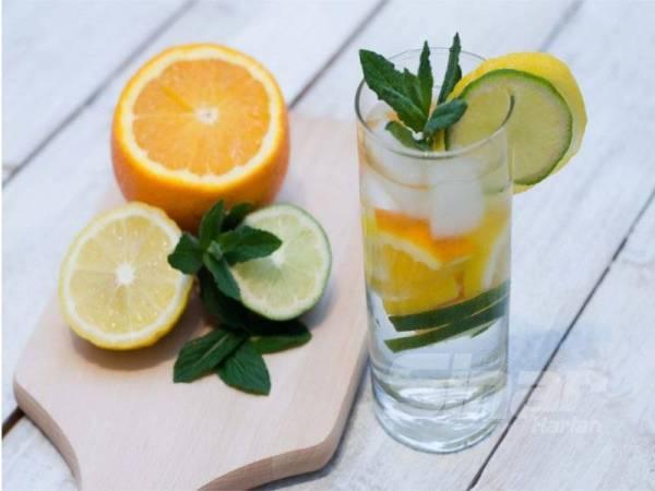 AMALAN minum air detoks tetap mempunyai kebaikan dan risikonya jika diambil secara berlebihan.