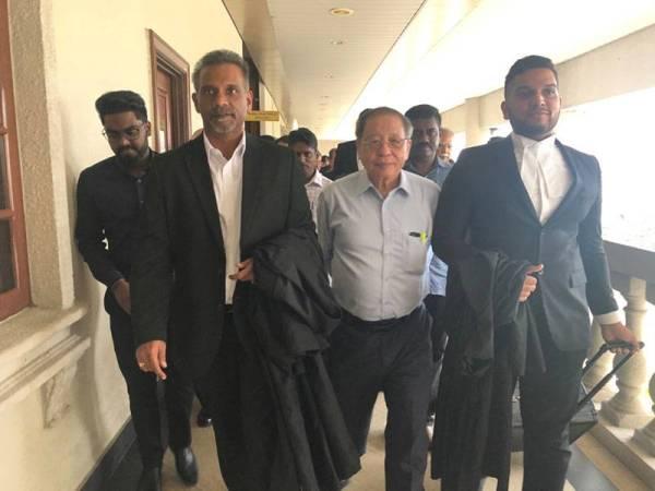 Peguam bela Ram Karpal Singh (dua dari kiri) yang mewakili Saminathan beredar dari Mahkamah Tinggi Kuala Lumpur bersama barisan peguam lain dan Kit Siang (depan, tengah).