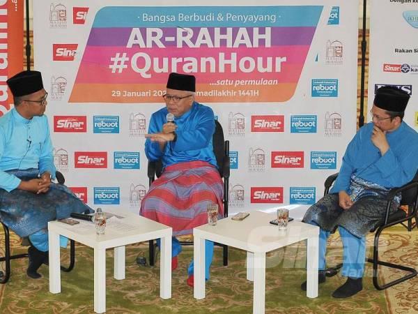 Hussamuddin (tengah) sedang mengupas topik Legacy Talk Show-Bina Legasi Harmoni. Turut serta Fazrul (kanan) dan Khairul Haffiz.
