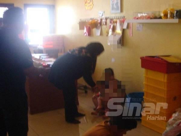Pembantu rumah yang diselamatkan oleh JTK Kedah di sebuah rumah di Kampung Berjaya, Alor Setar semalam.