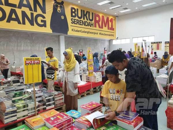 Pengunjung boleh mendapatkan buku latih tubi terbitan Bestari Karangkraf yang dijual dengan harga serendah 50 sen pada Jualan Gudang Awal Tahun Karangkraf yang berlangsung sehingga 9 Februari ini di Komplek Karangkraf, Shah Alam.