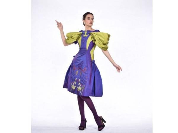 KOMBINASI hijau dan ungu menyerlahkan busana gaun petang ini.