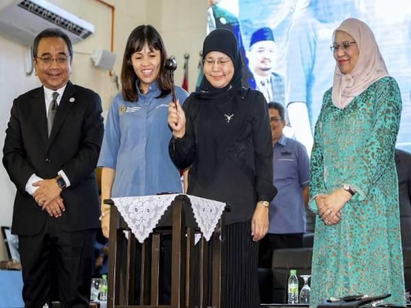 Nie Ching (dua dari kiri) hadir Majlis Pelancaran Program Dari Bilik Bicara ke Bilik Darjah (MYC2C) di Maktab Sultan Ismail dilancarkan oleh Ketua Hakim Negara, Tan Sri Tengku Maimun Tuan Mat (dua dari kanan). Foto: Bernama