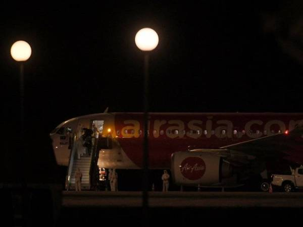 Seramai 107 individu yang dibawa pulang dari Wuhan, China selamat tiba di negara ini dengan menaiki pesawat khas AirAsia di Air Disaster Unit (ADU), Lapangan Terbang Antarabangsa Kuala Lumpur (KLIA) hari ini. Penerbangan itu turut membawa 12 kru, lapan petugas misi dan enam pegawai dari Kedutaan Malaysia dari Beijing, menjadikan 133 orang jumlah keseluruhan yang menaiki pesawat dari Wuhan, lokasi yang dikenal pasti sebagai punca penularan virus tersebut. - Foto Bernama