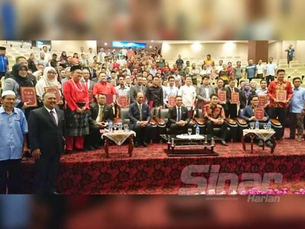 Adly duduk (tiga dari kanan) bersama bapa angkat dan wakil jabatan angkat selepas Majlis Penyerahan Watikah Bapa Angkat, Jabatan Angkat dan Anak Angkat Sukan Malaysia (Sukma) XX dan Penyampaian Hadiah Kemenangan Atlet Melaka di Sukan SEA XXX di Auditorium Seri Negeri, Ayer Keroh hari ini.