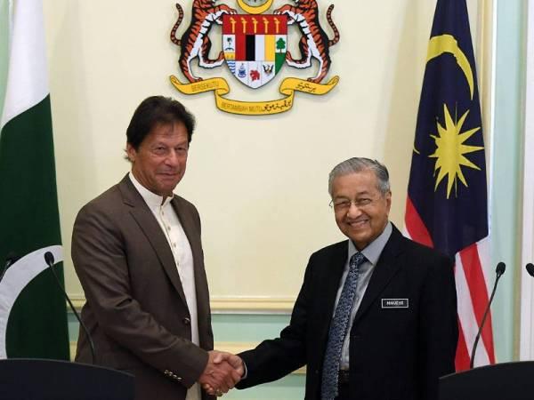Perdana Menteri Tun Dr Mahathir Mohamad (kanan) bersalaman dengan Perdana Menteri Pakistan Imran Khan selepas mengadakan sidang media di Bangunan Perdana Putra hari ini. -Foto Bernama
