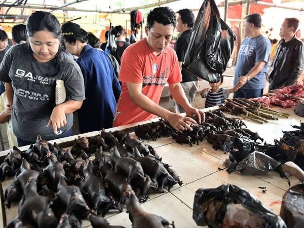 Pelanggan memilih daging kelawar yang dijual di Pasar Tomohon di Sulawesi Utara.