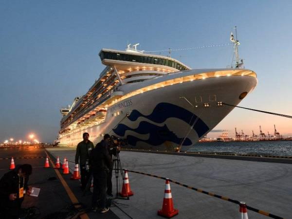 Ribuan penumpang kapal persiaran Diamond Princess kini dikuarantin dan langkah itu dijangka berterusan sehingga 19 Februari depan. - FOTO: AFP