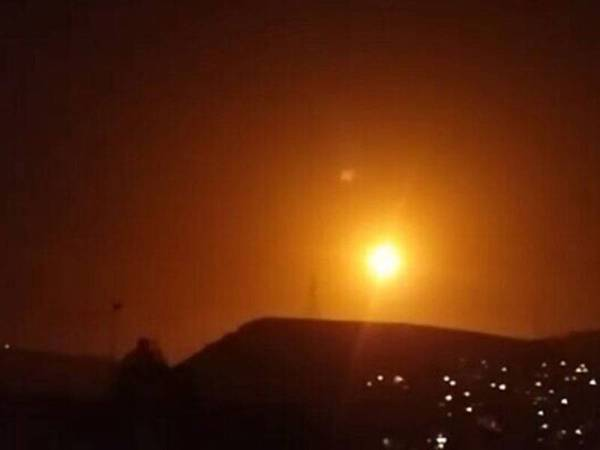 Tentera Syria melancarkan senjata antipesawat terhadap misil yang dilancarkan Israel semalam. -Foto Agensi