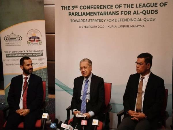 Dr Mahathir (tengah) pada sidang akhbar di Persidangan Liga Liga Parlimen Untuk Al-Quds (LPAQ) di Kuala Lumpur hari ini. Turut hadir Presiden LPAQ Sheikh Hamid Abdullah Al-Ahmar (kiri) dan Menteri Perdagangan Dalam Negeri dan Hal Ehwal Pengguna, Datuk Seri Saifuddin Nasution. - Foto: Bernama