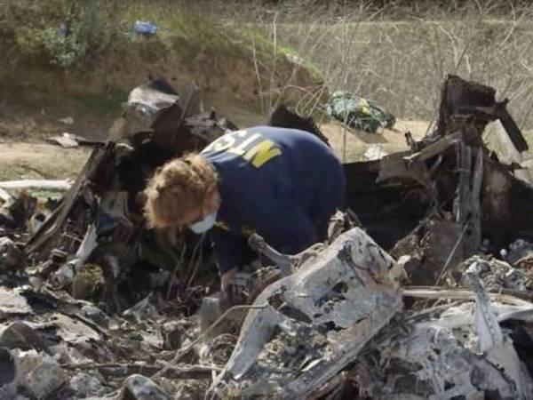 Serpihan bangkai helikopter mendiang Kobe Bryant yang ditemui di lokasi kejadian di berhampiran Calabasas, California. - Foto Agensi