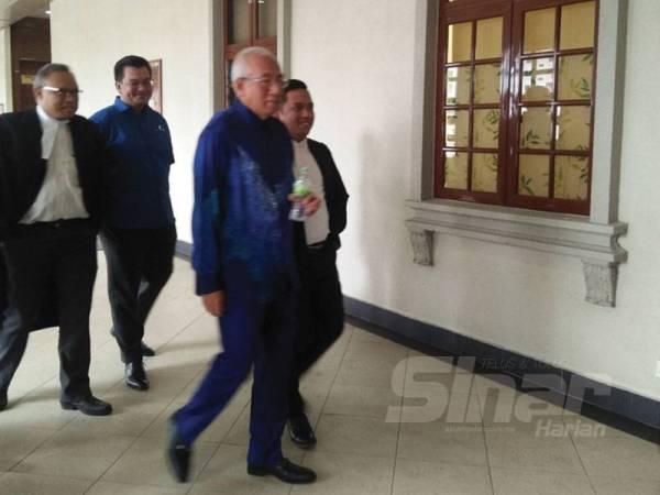 Mahdzir (depan) ketika berada di luar mahkamah selepas perbicaraan kes rasuah solar melibatkan Rosmah di Mahkamah Tinggi Kuala Lumpur hari ini.