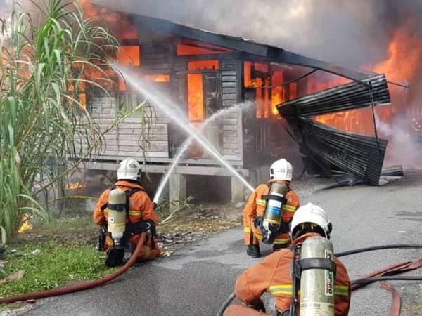 Operasi pemadaman yang dijalankan anggota dalam kebakaran melibatkan empat rumah di Kampung Kepayang petang tadi.