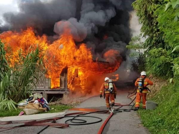 Keadaan api marak memusnahkan empat rumah dalam kebakaran di Kampung Kepayang petang tadi.