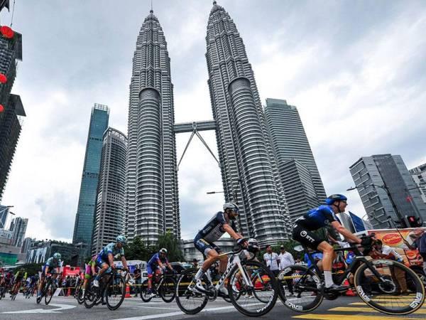 Barisan pelumba melintasi hadapan Menara Berkembar Petronas (KLCC) ketika saingan Peringkat 3 PETRONAS LTdL 2020 Ahad lalu.