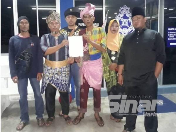 Faisalkamal (tiga dari kanan) membuat laporan polis terhadap individu yang menghina kaum Melayu dan agama Islam di Balai Polis Kuala Selangor semalam.
