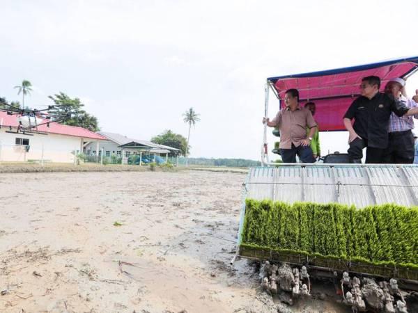 Salahuddin (tengah) ketika pelancaran Projek Perintis Padi Pulut di Kampung Ayer Hangat, Langkawi pada Ogos lalu.