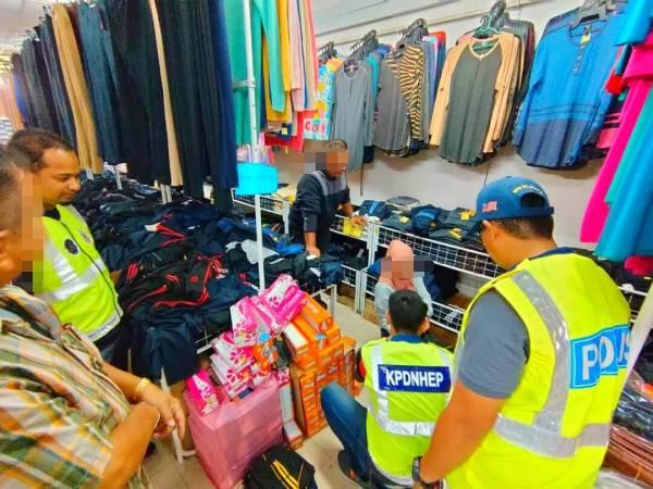 Anggota KPDNHEP Kelantan merampas pelbagai jenis barangan tiruan berjenama antarabangsa dianggarkan berjumlah RM16,000 dalam Op Jeriji.