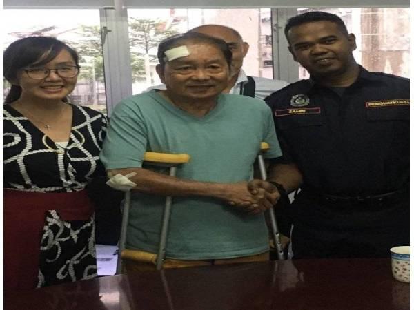 Michelle (kiri) bersama warga emas dan anggota penguat kuasa MPSJ terbabit. - Foto: Ihsan FB Michelle Ng Mei Sze
